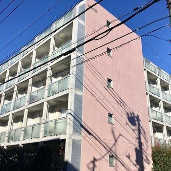 5階建てのきれいなマンション。