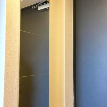 玄関ドアの横の姿見が便利。