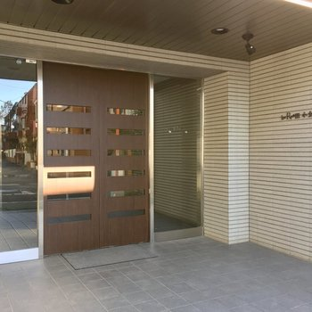 2重扉と安心のオートロック。