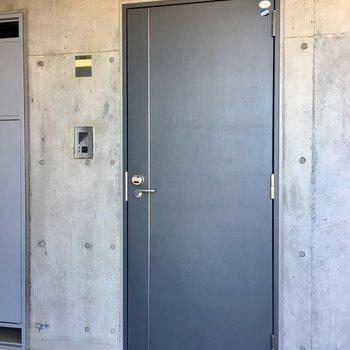 シンプル・シックな玄関ドア
