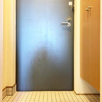 白タイルの清潔感ある玄関。