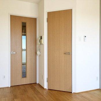 お部屋の中の斜めになったドアの先は、、