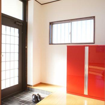 玄関、ここにも赤いさし色。※写真は前回募集時のものです
