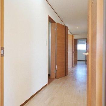 長い廊下から各部屋に。※写真は前回募集時のものです