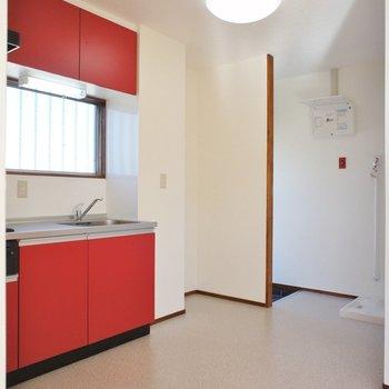 キッチンが真っ赤!※写真は前回募集時のものです