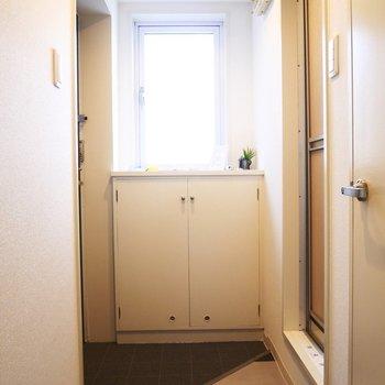 玄関にも窓があって明るい※写真は別部屋です