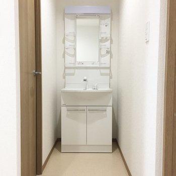 トイレの横に独立洗面台。 ※写真は前回募集時のものです