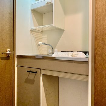 キッチンはコンパクト。ひとり分のお皿は入りそう。(※写真は清掃前のものです)