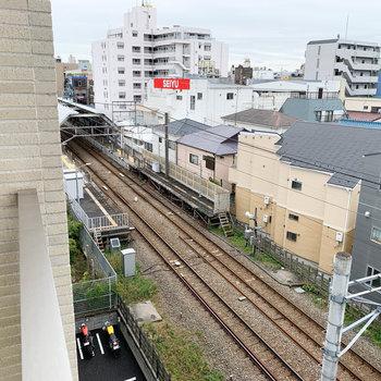 ベランダからの眺望です。左を向くと駅が見えますねえ。