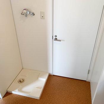 洗濯機置き場です。お湯が出せる蛇口なのが嬉しい。