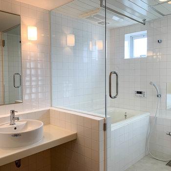 ガラス張りのお風呂。洗面台もかわいい。