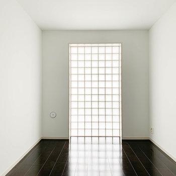 【洋室6.7帖】タイル窓。この窓も90年代ぽさ感じるなあ。