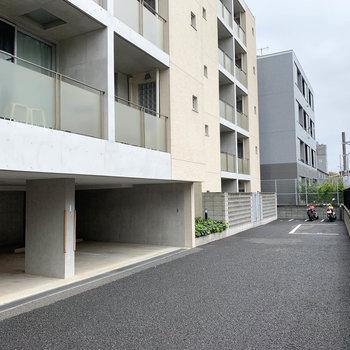 マンション裏には駐車場とバイク置場が。