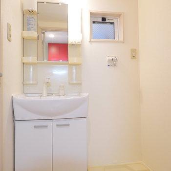 脱衣所。左手がトイレ、右手がお風呂になっています。