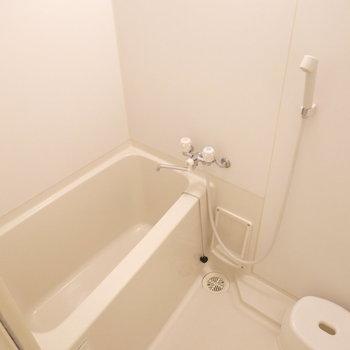 シンプルですが、ちょっと広めなお風呂。