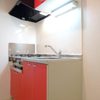 赤というより、ルージュといった色味のキッチン。