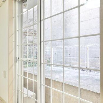 格子状の窓には白い家具が合いそう。