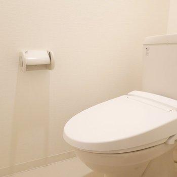 シンプルなトイレ。ウォシュレット付きです。
