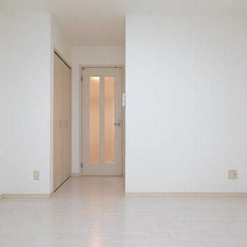 洋室は8.6帖。ほんのりピンクがかった床材がカワイイ。