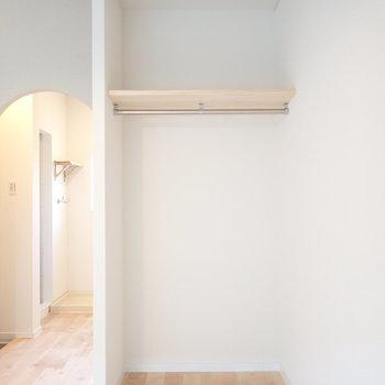 収納は上からカーテンを付けられる仕様に。※前回、工事したお部屋です。今回はアーチではありません。