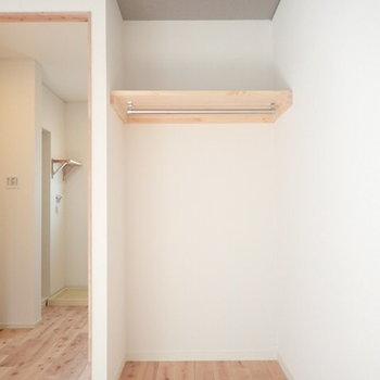 収納はオープン収納。隠したい方はカーテンもかけることができます。