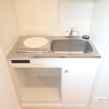 ミニ冷蔵庫置場を収納に変身。※前回、工事したお部屋です。