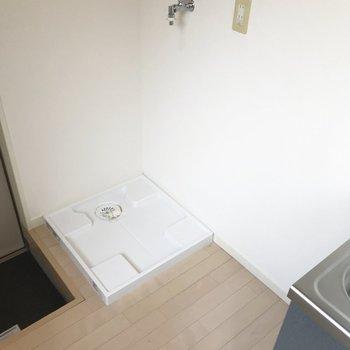左に洗濯機を、右に冷蔵庫を置きます。