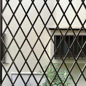 右側も窓の眺望はお隣さんです。
