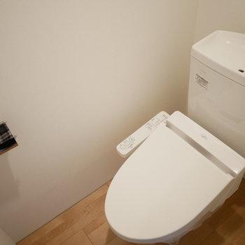 トイレはウォシュレットつき。(※写真は3階の同間取り別部屋のものです)