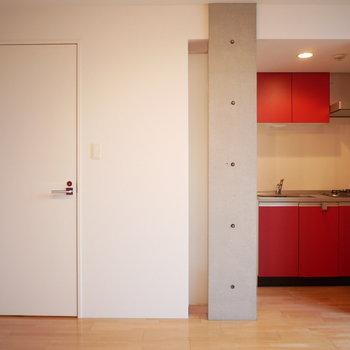 キッチンパネルのレッドがお部屋のアクセントに(※写真は3階の同間取り別部屋のものです)