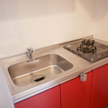 キッチンは2口コンロ(※写真は3階の同間取り別部屋のものです)