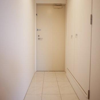 玄関は縦に広く、段差はフラットです!(※写真は3階の同間取り別部屋のものです)
