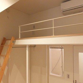 階段も木製でやわかな雰囲気。※写真は1階の同間取り別部屋のものです。