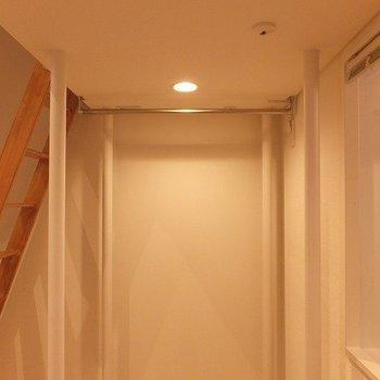 ロフト下には洋服をかけることができそうなスペースが!※写真は1階の同間取り別部屋のものです。