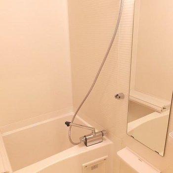 お風呂は浴室乾燥機付き。バルコニーがないのでここを利用しましょう!※写真は1階の同間取り別部屋のものです。