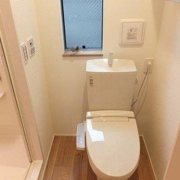 トイレの前が脱衣スペースにもなります。※写真は1階の同間取り別部屋のものです。
