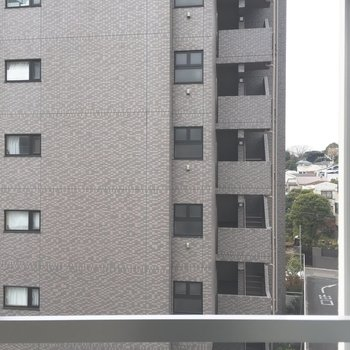 間取り図下の眺望→こちらも目の前のマンションがどーんと