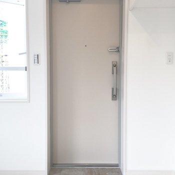 玄関はコンパクトです。安心のダブルロック。
