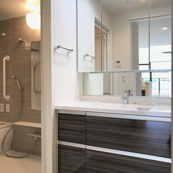 洗面台大きめ※写真は20階の同間取り別部屋・前回募集時のものです