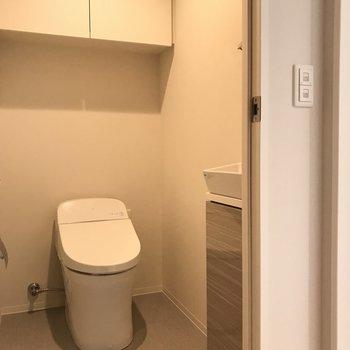 ウォシュレット付きトイレ。小さな手洗い場も※写真は20階の同間取り別部屋・前回募集時のものです