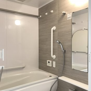 バスルーム、ゆったりと。たまには入浴剤入れようかな※写真は20階の同間取り別部屋・前回募集時のものです