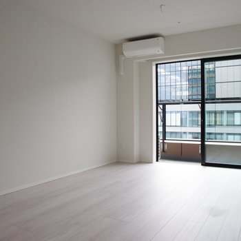 【LD】窓ガラスも厚く、防音対策済み※写真は20階の同間取り別部屋・前回募集時のものです