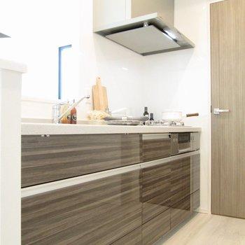 【LDK】キッチンはシックなデザインに。※写真の家具はサンプルです