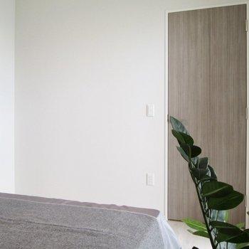 【寝室】向かいの扉を開けると〜※写真の家具はサンプルです