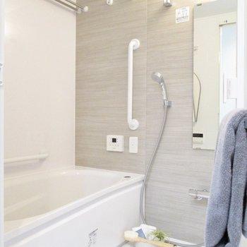 向かいはシックな浴室。※写真の家具はサンプルです