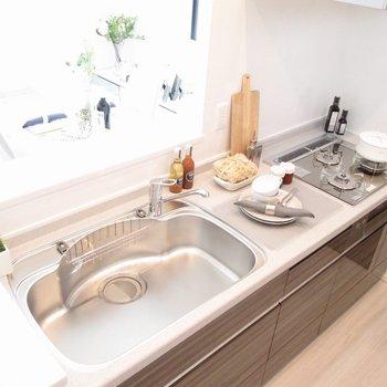 【LDK】3口コンロで料理の幅も増えます!※写真の家具はサンプルです