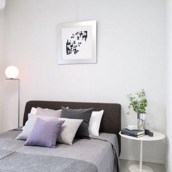 【寝室】天井も高く、ピクチャーレールも付いてますよ〜※写真の家具はサンプルです