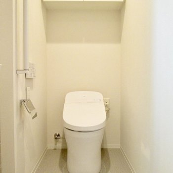 隣には、温水洗浄便座付のトイレです。