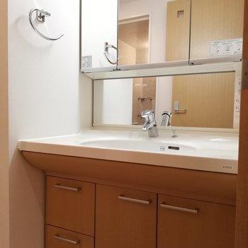 洗面台が収納がリッチ※写真は16階の同間取り別部屋のものです