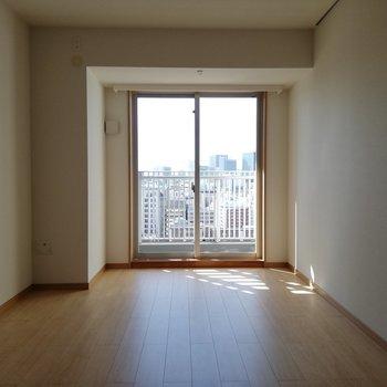 洋室にも日差しが入ります※写真は16階の同間取り別部屋のものです